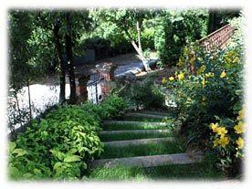 Situé à flanc de coteau sur le duché d'Uzès en Languedoc-Roussillon, le jardin des Oules est actuellement en pleine renaissance après des années d'abandon. Grâce à la passion de ses nouveaux prop...