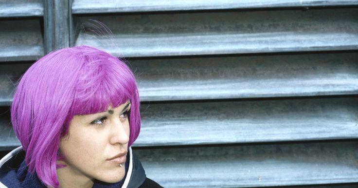 Cómo hacer que el cabello con tinte morado mantenga su color por más tiempo. El cabello morado es lindo, alocado y muestra mucha personalidad. Desafortunadamente, el tinte morado tiende a desteñirse rápidamente, especialmente si la base del color tiene rojo o rosa. Hay algunas cosas simples que puedes hacer para asegurar que tu cabello morado no se destiña y mantenga su color por más tiempo. Aún así, asegúrate de retocar ...