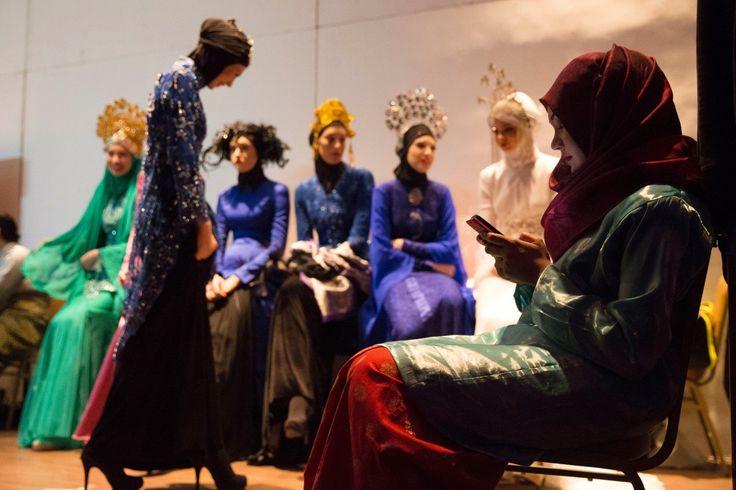 Μοντέλα περιμένουν στα παρασκήνια να επιδείξουν τις δημιουργίες εγχώριου σχεδιαστή στα πλαίσια του φεστιβάλ Ισλαμικής μόδας στην Κουάλα Λουμπούρ της Μαλαισίας.
