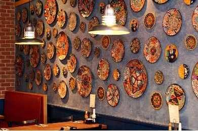 Beautiful platter on the wall and Mexican crafts   http://www.decorailumina.com/sala/decoracion-estilo-mexicano-innova-en-tu-sala.html OnTheBorder6.JPG