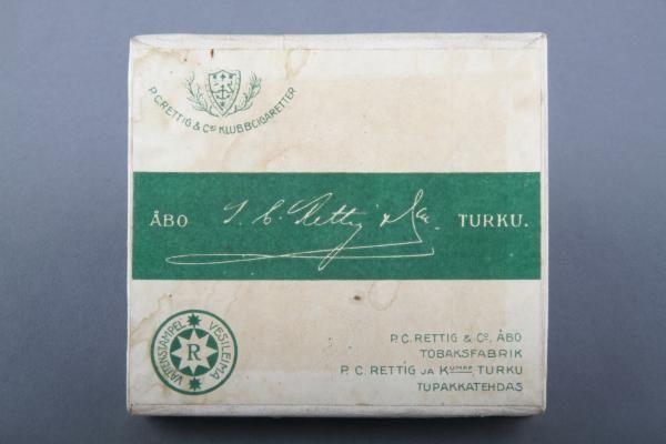 Forssan museo. P.C Rettig C.o:n tupakkarasia. Rasia on pelkistetty ja väritykseltään vihreä-valkoinen.