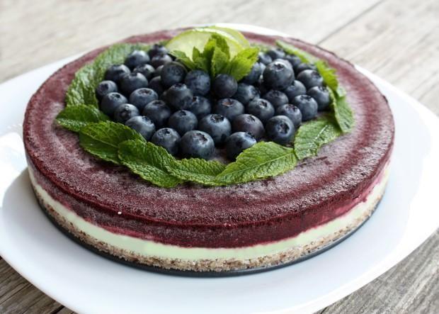 Recept s fotopostupom na výbornú čučoriedkovú tortu bez múky, cukru a pečenia. Efektnú kombináciu tvorí náplň s limetkou a čajom matcha. Ovocie postačí aj mrazené.