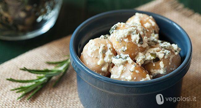 Delicati e buonissimi, questi gnocchi di carote con rosmarino e sugo al tofu saranno protagonisti della vostra tavola veg! Provateli anche aromatizzandoli a piacere