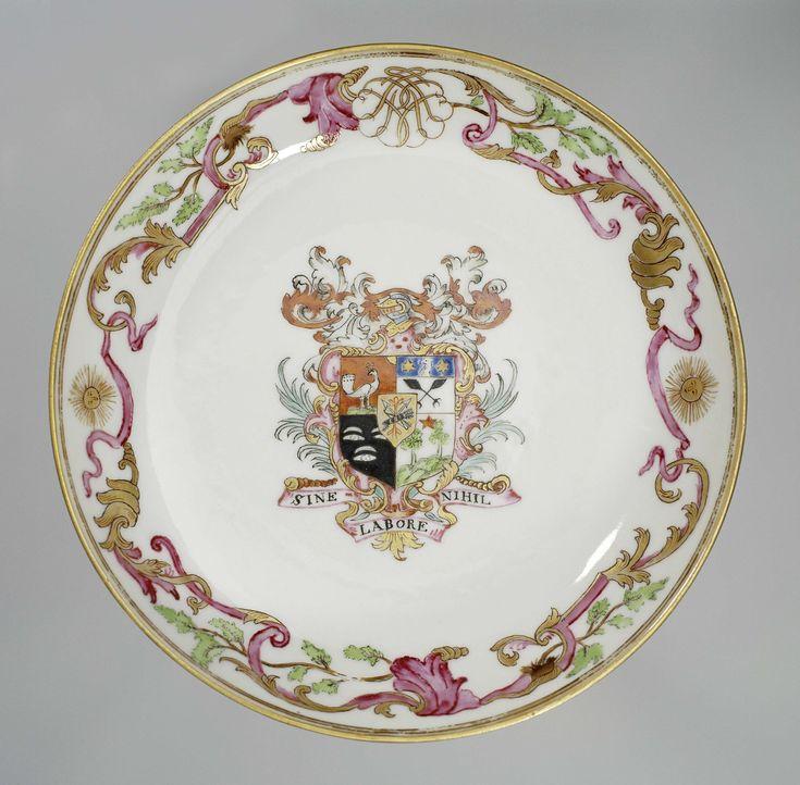 Anonymous | Schoteltje met het wapen van de familie Certon, Anonymous, c. 1768 - c. 1770 | Schoteltje met in het plat het wapen van de familie Certon. Het wapen is verdeeld in vier vlakken: 1. op een rode achtergrond een pauw en rechtsboven een gouden zon, 2. twee gekruiste adelaarsvleugels met daarboven op een blauwe achtergrond de kop van een adelaar en twee gouden sterren, 3. op een zwarte achtergrond drie ogen of mosselen, 4. twee groene bomen met in het midden een rode ster. In het…