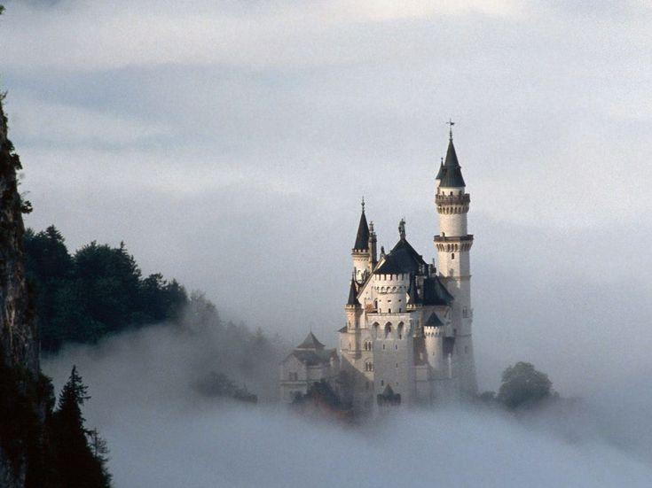 Castelos medievais - Neuschwasten - Baviera  O edifício principal é constituído de três andares. Está no toppo de um monte que domina a paisagem abixo dele.