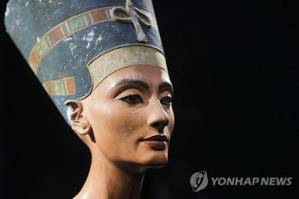 """이집트 정부 """"스캔 결과 또 다른 방 존재 확률 90%"""" (두바이=연합뉴스) 강훈상 특파원 = 고대 이집트의 '소년왕' 투탕카멘의 무덤에 숨겨진 '비밀의 방'의 존재가 거의 확실해 졌다. 맘두 알다마티 이집트 고대유물부 장관은 28일(현지시간) 기자회견을 열어 """"투탕카멘왕의 묘실 뒤에 있는 다른 묘실, 다른 무덤을 발견해야 할 때라고 이제 말할 수 있게 됐"""