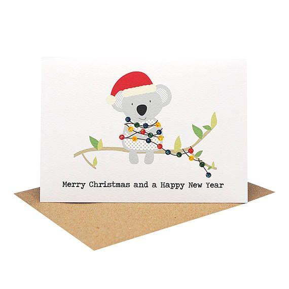 Un élégant fait à la main australien sur le thème carte de Noël mettant en vedette un Koala avec lumières de Noël et les mots joyeux Noël et une heureuse nouvelle année. Une belle carte pour célébrer cette merveilleuse période de l'année surtout pour les amis et la famille de l'étranger.  Référence: XMS036  Glitter a été utilisé pour embellir cette carte.   ► FICHE  220gsm blanc sans acide - papier cartonné texturé  A6 Taille carte de vœux (taille 10,5 X 14,8 cm ou 4,1 X 5.8) avec enveloppe…