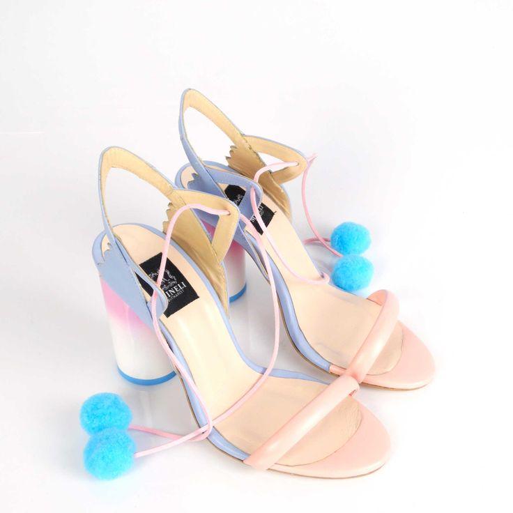 Sandalele de damă Mineli Ice Creamsunt realizate din piele naturală în culori și sunt stilizate cu ciucuri în culori vesele care vor însenina orice ținută. Ciucurii conferă articolelor vestimentare o notă excentrică și pune în evidență atitudinea îndrăzneață și dezinvoltă…