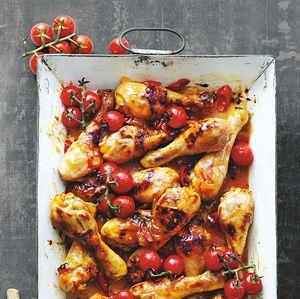 Recept - Sticky kipdrumsticks uit de oven - Allerhande  Ik doe de cherry tomaatjes de laatste 5-10 minuten  bij de kip in de ovenschaal zodat ze lekker warm worden.
