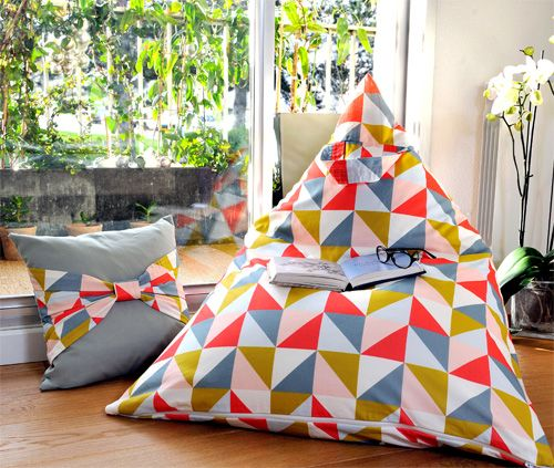 Diy duo : pouf & coussin triangle sur http://karinethiboult.over-blog.com/article-diy-duo-pouf-coussin-triangle-115439990.html
