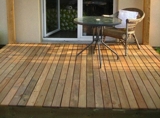 Terrazzo con pavimento in legno - Idee carine su come pavimentare un terrazzo secondo le tendenze del momento.
