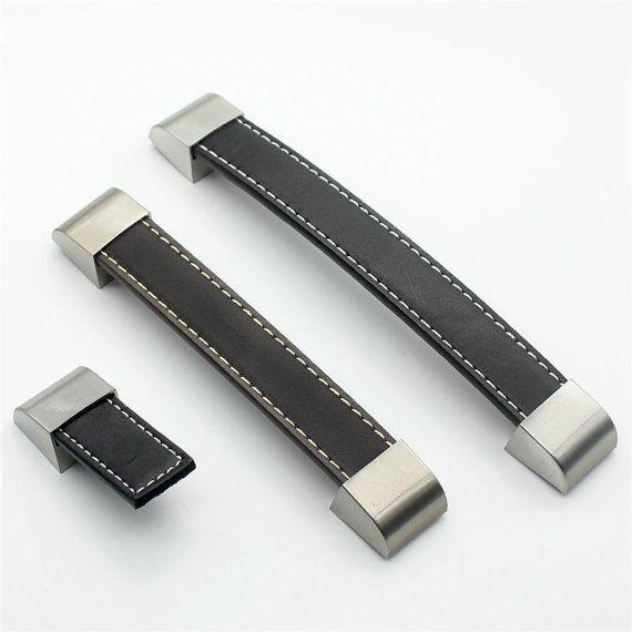 Bruin zacht leer deurkrukken voor kabinet garderobe kast zwart lade Pull knoppen meubilair Hardware keuken accessoires HH142  De prijs is voor één stuk. Materiaal: zink legering / zacht leer  Kleur: 1. Brown 2. zwart  Maten:  A-- Lengte: 2.3(58mm) Breedte: 0.8(21mm) Bij de installatie van de stokken van de knop uit 0.6(16mm)  B-- Lengte: 4.55(116mm) Breedte: 0.8(21mm) Gat afstand (Center-Center): 3,75(96mm) Bij de installatie van de stokken van de knop uit 0.6(16mm)  C-- Lengte: 5.75(146mm)…