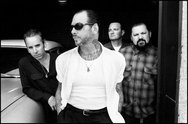 Social Distortion (иногда обозначается как Social D или SxDx) — американская панк-рок-группа, созданная в 1978 году в Фуллертоне, Калифорния. В текущий её состав входят вокалист/гитарист Майк Несс, гитарист Джонни Викершэм, басист Брент Хардинг и барабанщик Дэвид Хидальго, мл.