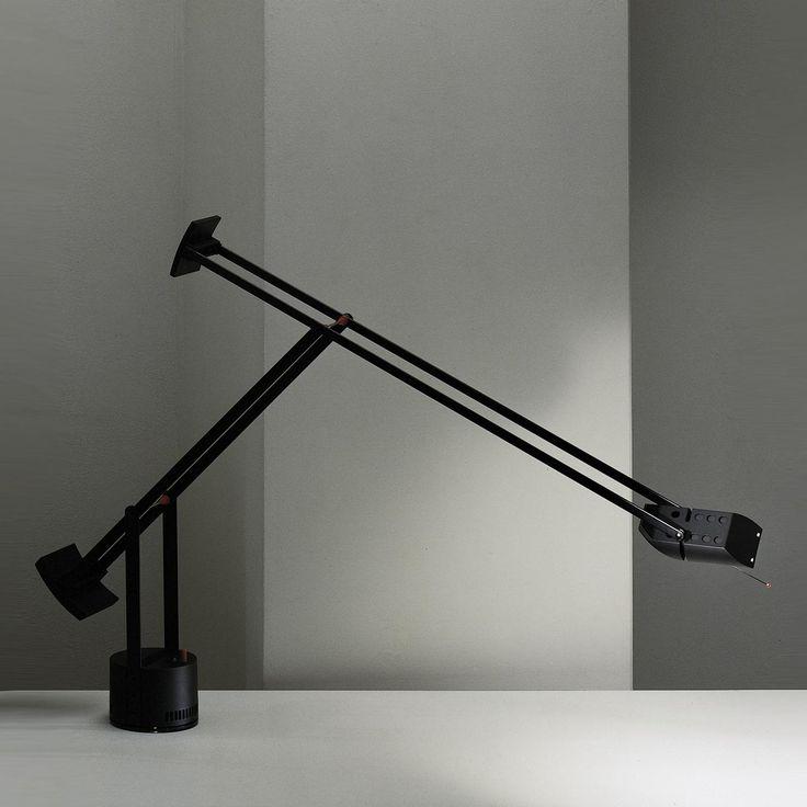 Lampada da tavolo con testa e bracci orientabili bilanciati da contrappesi. Design R.Sapper. Nella versione plus la testa è orientabile anche in senso trasversale.