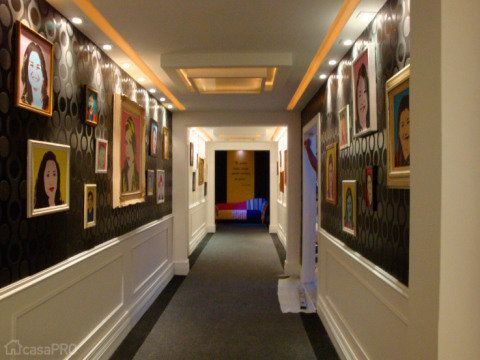O Corredor da Fama foi um ambiente inspirado em Andy Warhol e na Pop- art projetado para a mostra Mora Mais Por Menos por Fabiola Ambrosano.