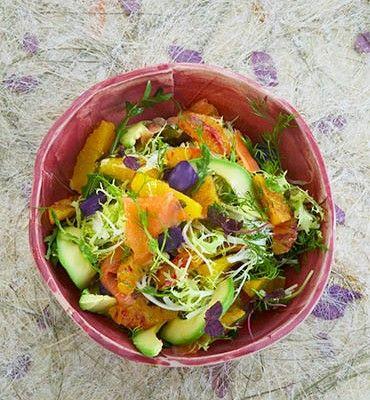 recetas-ensalada-de-aguacate-con-salmon-naranja-manzana-y-eneldo