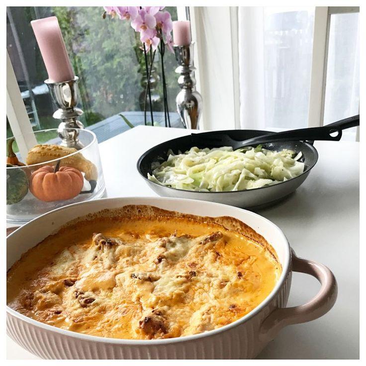 Kyckling i krämig ajvar-sås | Lchf Diet recept fav: 4 st kyckling fileér 3 dl créme fraîche/kvarg  4 dl grädde/mjölk?  3-4 msk ajvar relish 1-2 tsk sambal oelek/thai röd curry  1 msk kycklingfond 1/2 dl hackad persilja salt/peppar 1dl riven ost