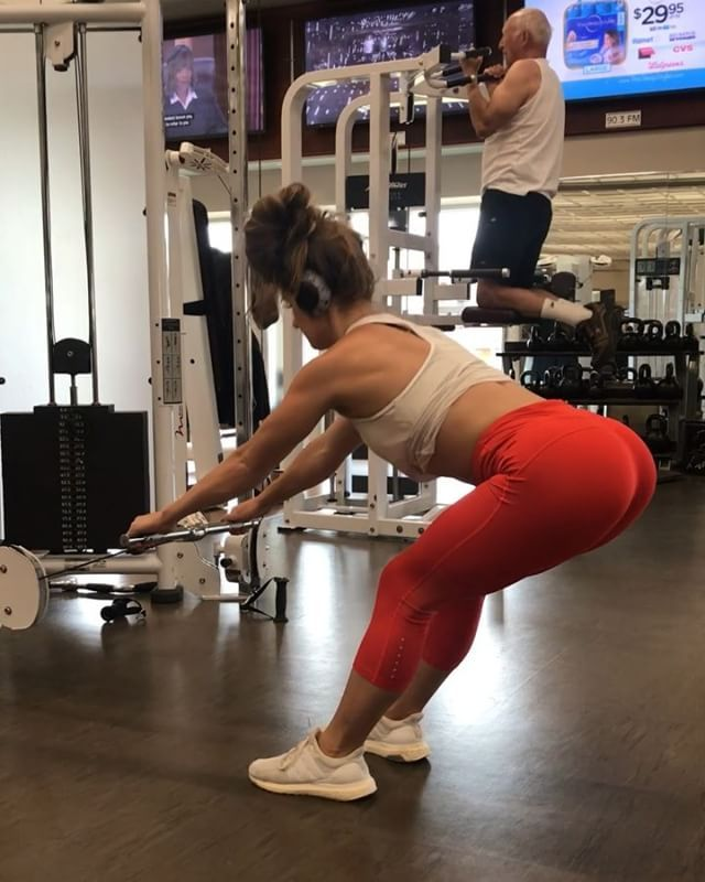 Legs and glute work using the cable machine! 🙌🏽 I don't often do much leg work using the cable machine besides isolation Work.  But it's fun to switch things up and I actually really enjoyed these variations!  Especially the curtsy lunges! Holy stabilization of the core required for that one! 🤣 1. Front squats and partial 1/2 squat pulse to full squat 2. Dead lifts ( similar) 3. Curtsy lunges  10-12 reps each  3-4 rounds - All the supplements I take are from @tryabouttime. My code…