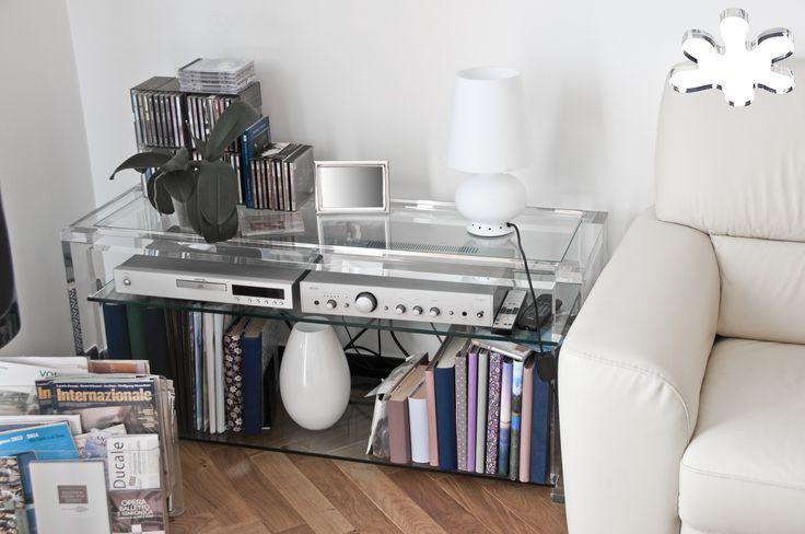 Lucite Acrylic side table - Acrylic furniture - TAVOLINI ANGOLARI IN PLEXIGLASS | Tavolino trasparente in plexiglass angolare 02. mod. MISSING con ripiano  | Tavolino plexiglass cm.120 x 40 h.55 - telaio sp.mm.40 - gambe sez.mm.60 - ripiano inferiore in vetro sp.mm.10
