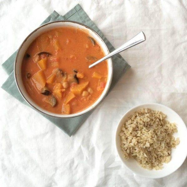 Op zondagavond een nieuw recept uitproberen: pompen, aubergine en kip in kokosmelk. Verassend lekker!