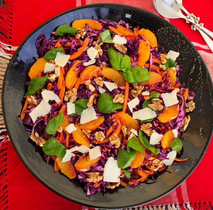 Idag njöt vi av ett fantastiskt julbord och min absoluta favorit på buffén var denna underbara sallad. Rödkålssallad med apelsin, valnötter, parmesan och balsamvinäger. Ja ni kan tänka er hur gott det smakade. Den här läckra salladen ska jag minsann se till att göra året runt och inte bara under jul. Ett gott tillbehör till de flesta rätter. 8 portioner rödkålssallad 1 klyfta från en rödkål (ca 1/4) 2 morötter 2 apelsiner (kan bytas ut mot ett granatäpple) 1 dl färska basilika blad ( ca ...