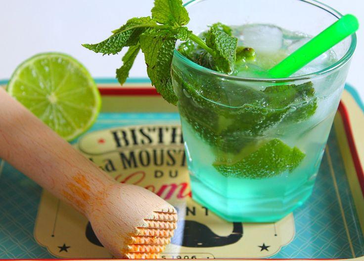 Prenez une bonne dose de soleil et un avant-goût de week-end ou de vacances aujourd'hui avec cette première recette de cocktail sur le blog. Faisons simple pour commencer avec cette recette de Mojito, un cocktail né à Cuba à base de rhum, de citron vert...