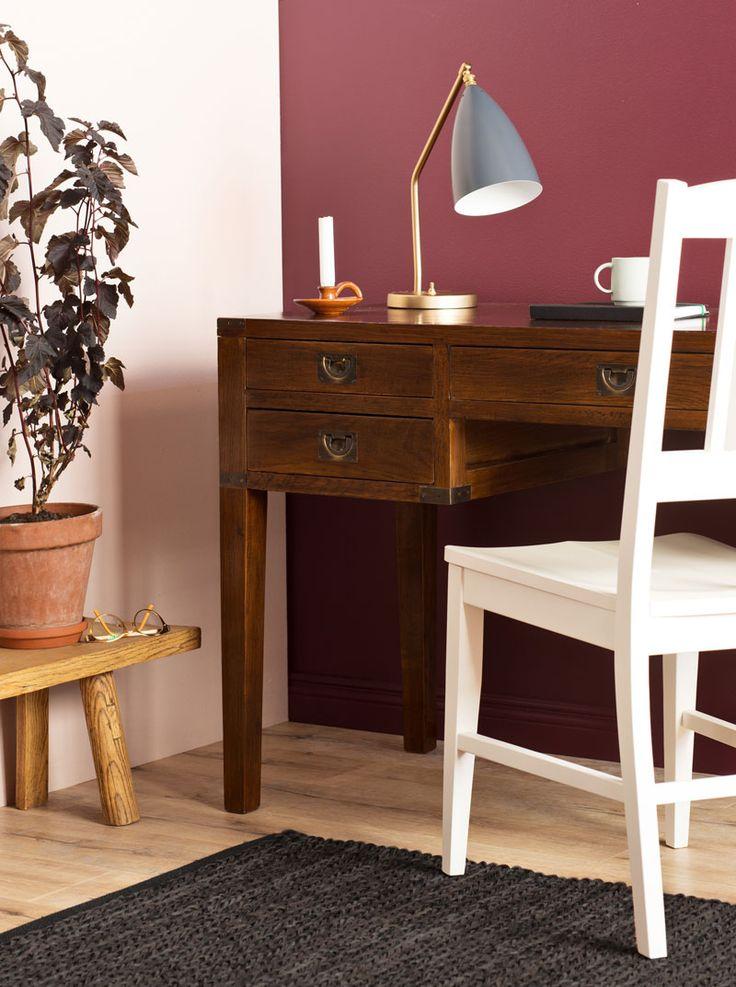 Wellington-kirjoituspöytä, Boknäs Scandic/ Villinki-tuoli, Gubi Grossman Gräshoppa -valaisin.