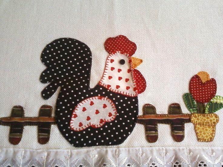 Pano de prato com patchaplique de galinha na cerca e vaso de tulipa vermelha, 100% algodão,  barrado preto com bolinhas brancas  bordado a mão com ponto caseado. Motivos e barrados podem ser diferentes, conforme a escolha do cliente
