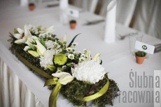 zielona kompozycja na stole nowożeńców