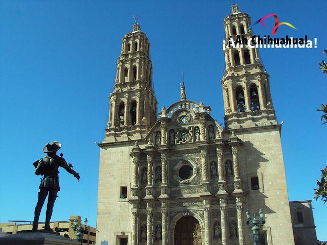 TURISMO EN CHIHUAHUA. En su próximo viaje a la Ciudad de Chihuahua, no deje de conocer la Catedral. Es una joya arquitectónica de estilo barroco y su construcción tardó un siglo en realizarse; inició en 1725 y fue concluida hasta 1826. Sus torres con 40 metros de altura desde el nivel del piso, son muy impresionantes y han sido consideradas únicas dentro de las obras barrocas de la Nueva España. Venga a conocer Chihuahua. www.turismoenchihuahua.com