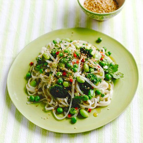 Dit superfood-recept met noedels is echt heel makkelijk om te maken. Een snelle hap voor een doordeweekse dag of als voedzaam tussendoortje! 1 Bereid de noedels volgens de aanwijzing op de verpakking. Breng water aan de kook.    2 Kook de...