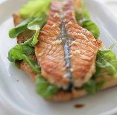 Маринованная семга на гриле с хлебом и салатом Этот рецепт из моего пикникового репертуара. Очень удобно в транспортировке: замаринованная рыба в коробке — и сразу на гриль. Но, естественно, эту рыбу можно приготовить и дома — в духовке под грилем, на сковороде-гриль или просто на сухой антипригарной сковороде.