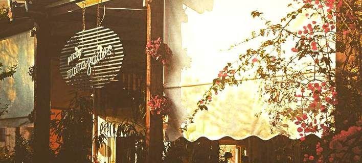 Στον ξεχωριστό Μπλε Παπαγάλο: Το στέκι της πόλης με ρετρό διάθεση και μουσικές [εικόνες]