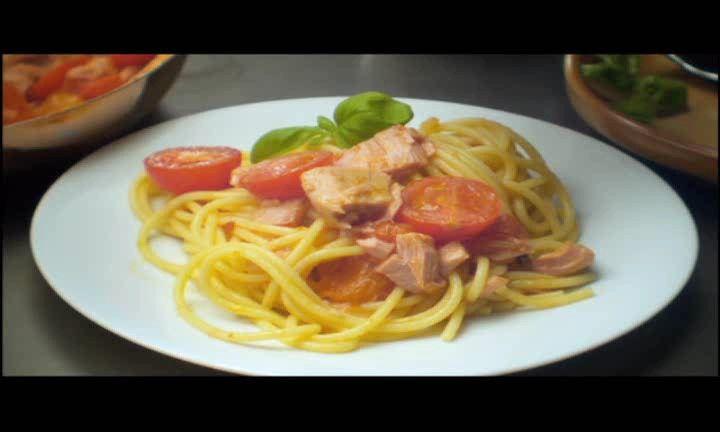 Gebakken spaghetti met tonijn