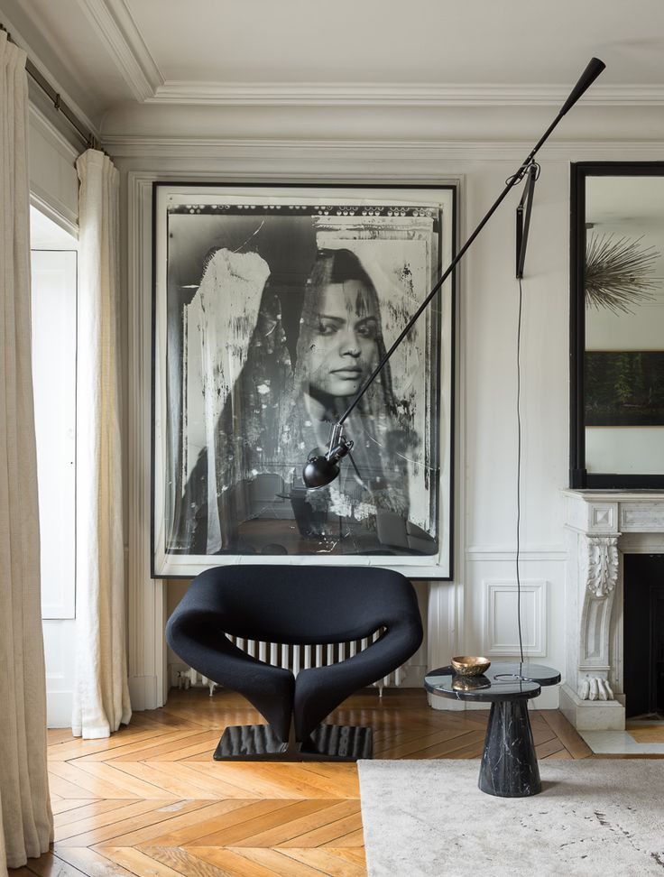 Apartment in Paris feauturing the black Ribbon chair designed by Pierre Paulin for Artifort. Credits: Interior designer: Emma Donnersberg Photographer: Stephan Julliard Stylist: Sarah de Beaumont