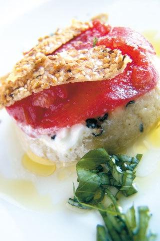 """[Parmigiana di melanzane """"a crudo"""" con sesamo fritto] 6 persone - 35 minuti. Per la crema di melanzane affumicata: 3 melanzane lunghe; olio extravergine d'oliva; sale; pepe, origano. per il carpaccio di pomodori: 6 grossi pomodori maturi; 3 cucchiai di colatura di alici; 6 cucchiai d'olio extravergine d'oliva; basilico, 100 g di parmigiano grattugiato; 100 g di sesamo, 2 cucchiaini di miele al basilico; 350 g di burrata; pepe nero"""