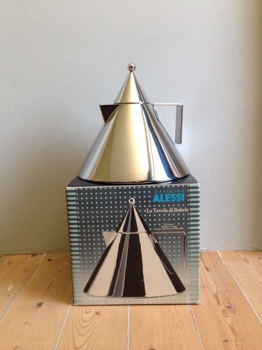 Aldo Rossi voor Alessi - 'Il Conico' Bollitore waterketel  Zoals ook het geval is met 'La Conica' de espressomaker is de link tussen de vorm van Aldo Rossi's waterketel en de naam duidelijk. De kegels een voortdurend terugkerende vorm in zijn architectonische ontwerpen zijn getransformeerd naar echte objecten die je kunt gebruiken en aanraken zelf iconen wordend. Aldo Rossi geboren in Milaan (1931-1997) wordt gezien als een van de grootste Italiaanse architecten van de tweede helft van de…