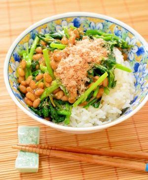 「ねばねばで食欲増進!つるむらさきと納豆の丼」茹でるとネバネバするつるむらさきと、納豆を使った丼です。ネバネバパワーで、食欲の無い暑い夏を乗り切りましょう♪つるつるっと、喉越しが良いので食べられますよ。【楽天レシピ】