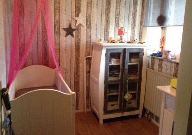 Mooie meisjes babykamer met sloophout behang