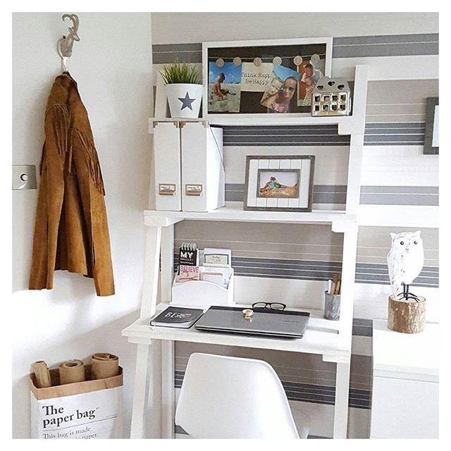 Domowy kąt do pracy wygląda wygodnie i inspirująco jednocześnie. W ramach biurka użyto konstrukcji na kształt drabiny,...