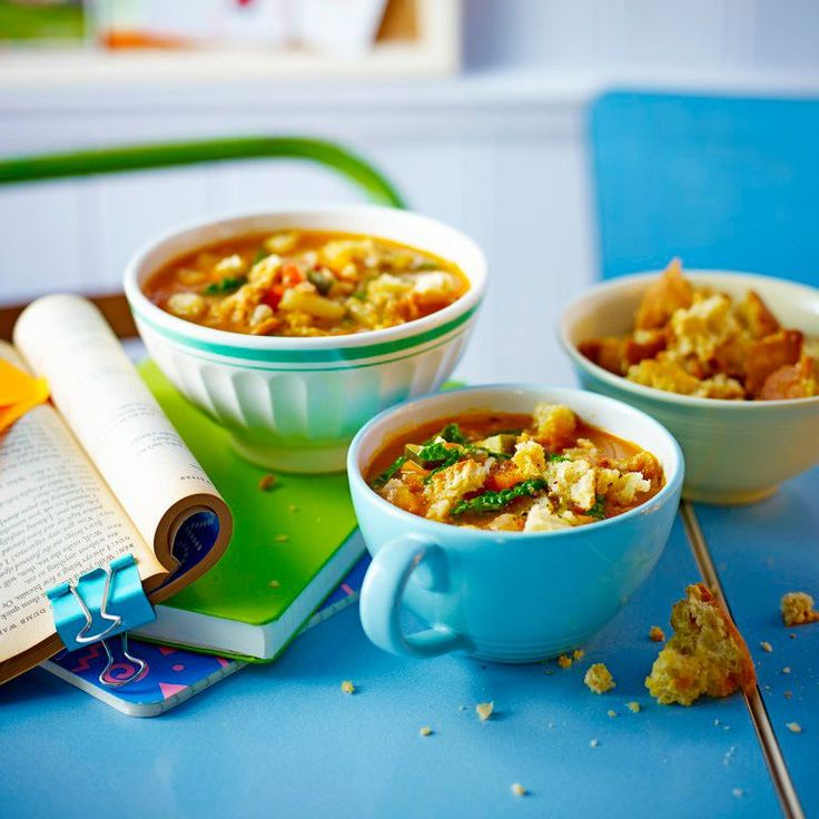 Dit is een geweldig recept om alle achtergebleven groenten en restjes rijst en pasta uit de kast op te maken.      1 Verhit een scheut olie in een grote pan op laag vuur. Hak de bacon en bak enkele minuten. Voeg de wortel, ui, knoflook en kruiden toe...
