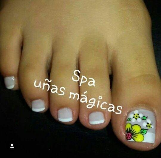 ❤ Cute toe nail art and flower! #unas #nailart #fashion