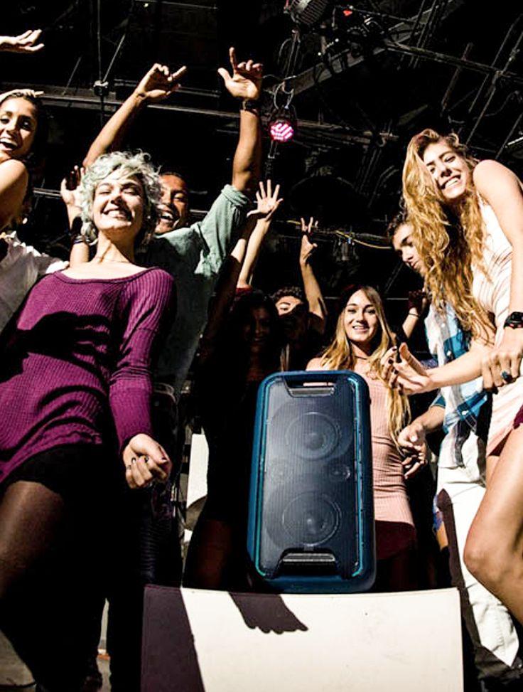 Comece suas festas rapidamente com o som de balada produzido por este sistema de caixa única. O EXTRA BASS deixa as linhas de grave EDM ainda mais intensas, com efeitos de iluminação que criam uma atmosfera de festival.