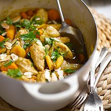 Tajine de poulet aux abricots et aux amandes