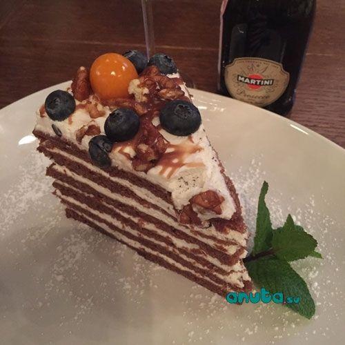 Кафе Шоколад http://anuta.su/aticals/5/296  А вот с десертами плохо, мало. Я взяла #торт от шеф повара  ( 340р) Ничего интересного, но выглядит очень #красиво. Это странно, так как #кафе предлагает большое количество тортиков под заказ. И все витрины украшены именно ими. Возможно, они делают именно красивые торты для праздников, а вкус ..., это так ..., не особо важный элемент ... #отзыв #пишучтодумаю #моемнение #пробуюновое  #кудапойтигидпомоскве  #блогоеде #приятногоаппетита…