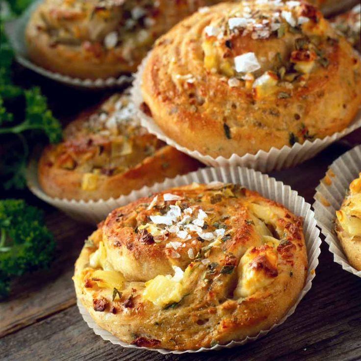 Perfekta buffébröd är bullarna med fetaost och lök.