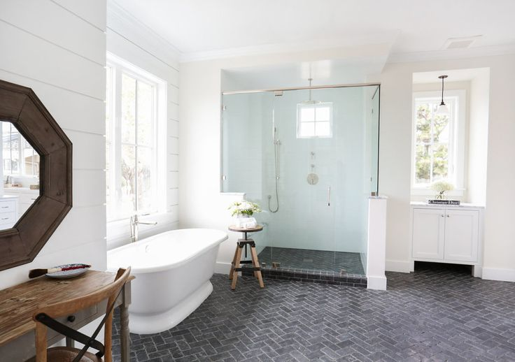 Mylove affair with shiplap is still going strong thanks to a gorgeous West Coast number that puts a fresh modern twist on the idea of farmhouse. Masterminded byBlackband Design, this bright white space is grounded by simple barn style black