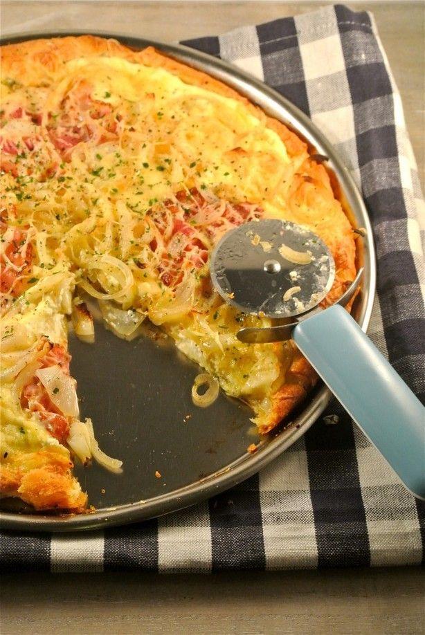 De Flammkuchen is een soort Duitse variant op de pizza. Het bestaat uit deeg met daarop creme fraiche, veel ui en spek. Om het recept lekker simpel te houden hebben wij gekozen voor croissantdeeg of je zou ook voor kant-en-klaar pizzadeeg kunnen kiezen.