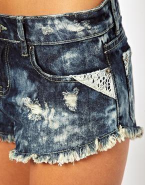 Immagine 3 di ASOS PETITE - Pantaloncini di jeans effetto candeggiato con decorazioni in pizzo