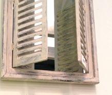 1 Spiegel venster met houten frame in Indische stijl